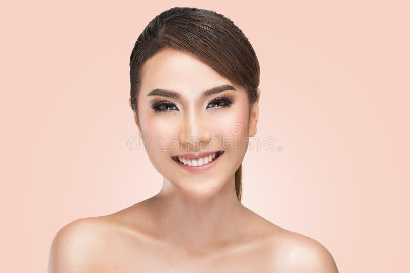 Retrato de la belleza de la sonrisa asiática joven con la cara sana hermosa imágenes de archivo libres de regalías