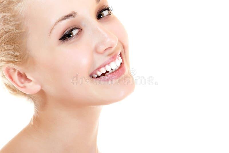 Retrato de la belleza de la sonrisa feliz y del looki de la mujer hermosa joven foto de archivo