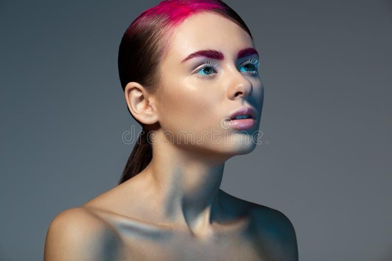 Retrato de la belleza de las mujeres jovenes/muchacha con el lápiz labial rosado, cejas foto de archivo