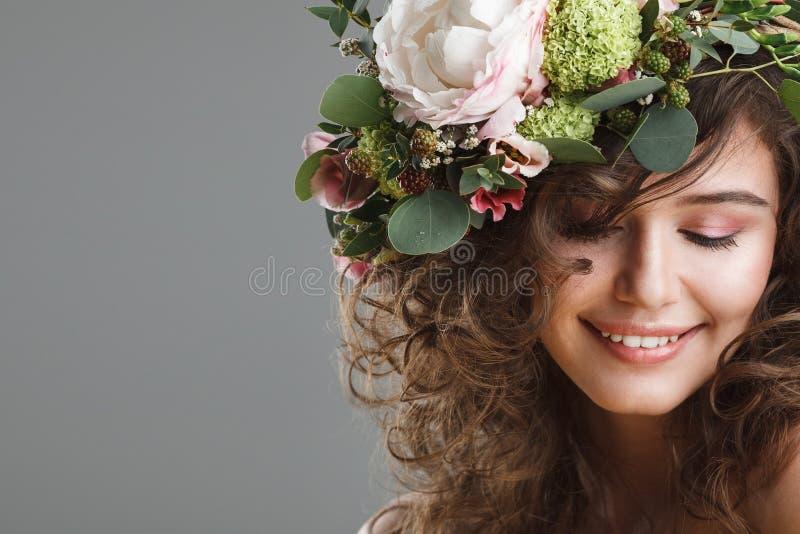 Retrato de la belleza de Stubio de la mujer joven linda con la corona de la flor fotos de archivo libres de regalías