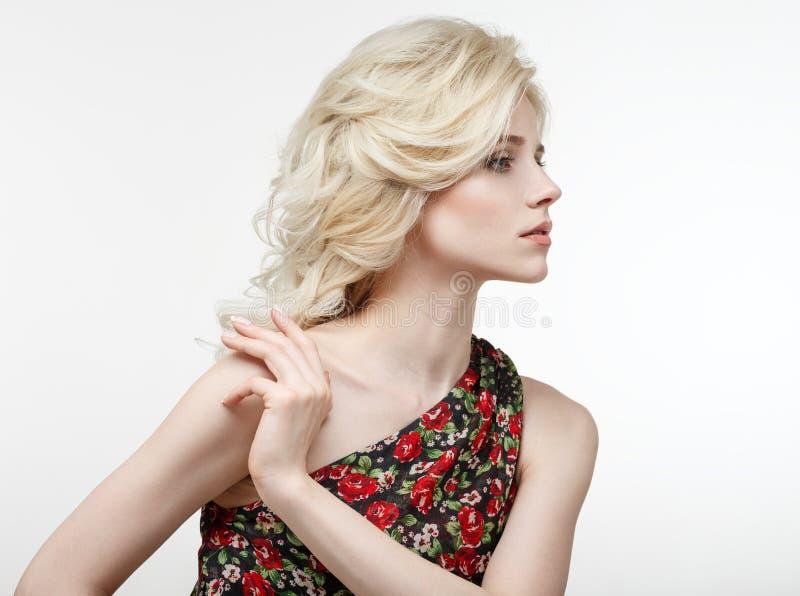 Retrato de la belleza de un blonde hermoso en un vestido negro con rojo foto de archivo libre de regalías