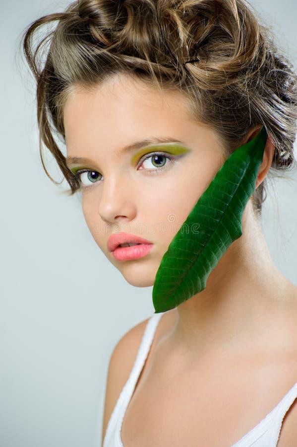 Retrato de la belleza de una chica joven con maquillaje verde claro y una f imagen de archivo libre de regalías