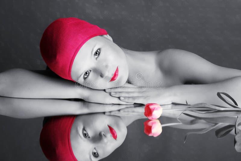 Retrato de la belleza de una mujer en color de rosa imágenes de archivo libres de regalías