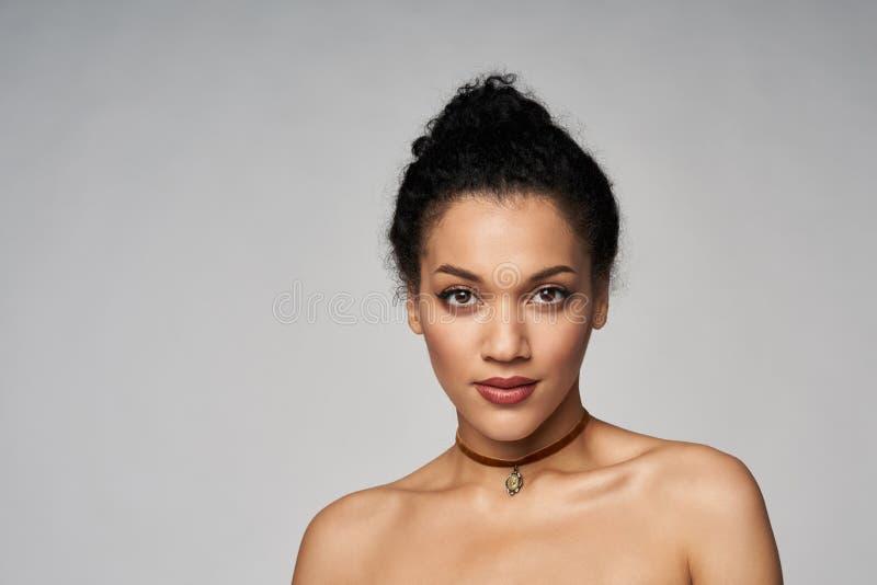Retrato de la belleza del chocker que lleva de la mujer hermosa de la raza mixta imagen de archivo libre de regalías
