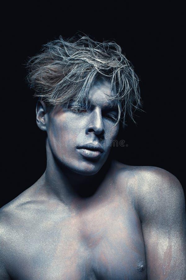 Retrato de la belleza del hombre aislado en el fondo oscuro Maquillaje azul y gris del arte Concepto del peinado y del skincare foto de archivo libre de regalías