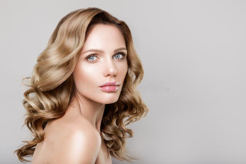 Retrato de la belleza del modelo con maquillaje natural foto de archivo libre de regalías
