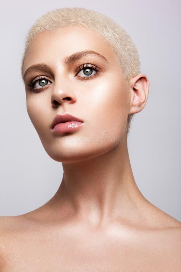 Retrato de la belleza del modelo con maquillaje natural imagen de archivo libre de regalías
