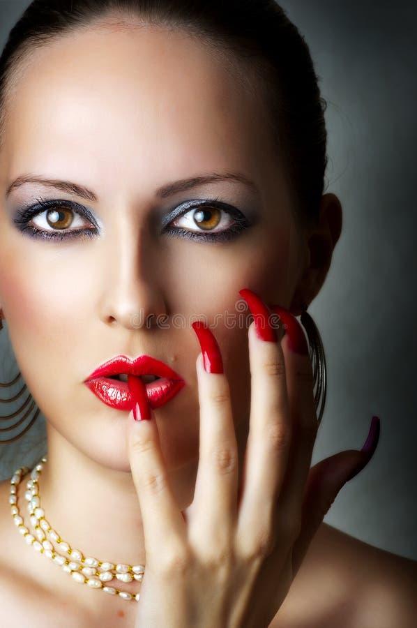 Retrato de la belleza del modelo femenino atractivo joven foto de archivo