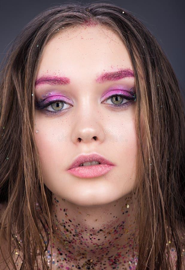 Retrato de la belleza del primer del adolescente hermoso de la muchacha Maquillaje brillante con brillo fotografía de archivo libre de regalías