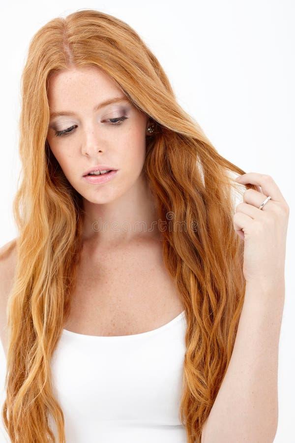 Retrato de la belleza del redhead que soña despierto fotografía de archivo libre de regalías