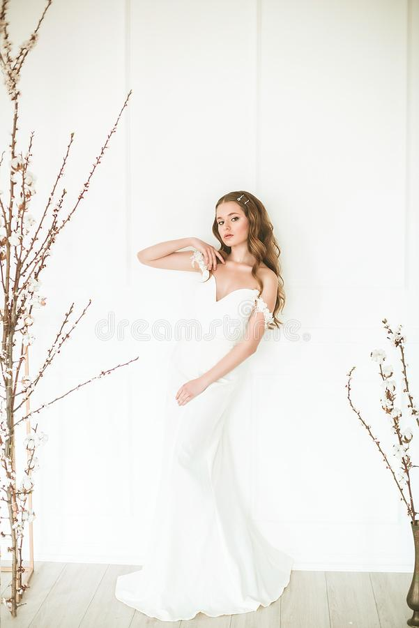 Retrato de la belleza del vestido de boda de la moda de la novia que lleva con el maquillaje y el peinado de lujo, foto interior  foto de archivo libre de regalías