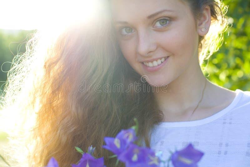 Retrato de la belleza joven en una luz del sol imagen de archivo libre de regalías