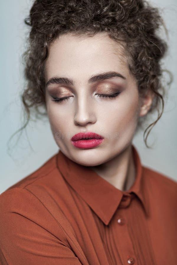 Retrato de la belleza de los wi relajados del modelo de la calma hermosa joven de la moda fotos de archivo