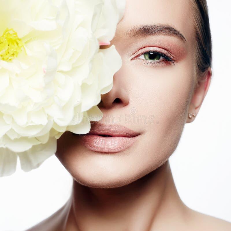 Retrato de la belleza de la muchacha con la flor grande de la peonía foto de archivo libre de regalías