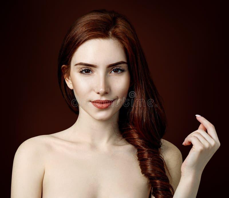 Retrato de la belleza de la mujer del pelirrojo con la piel perfecta fotografía de archivo