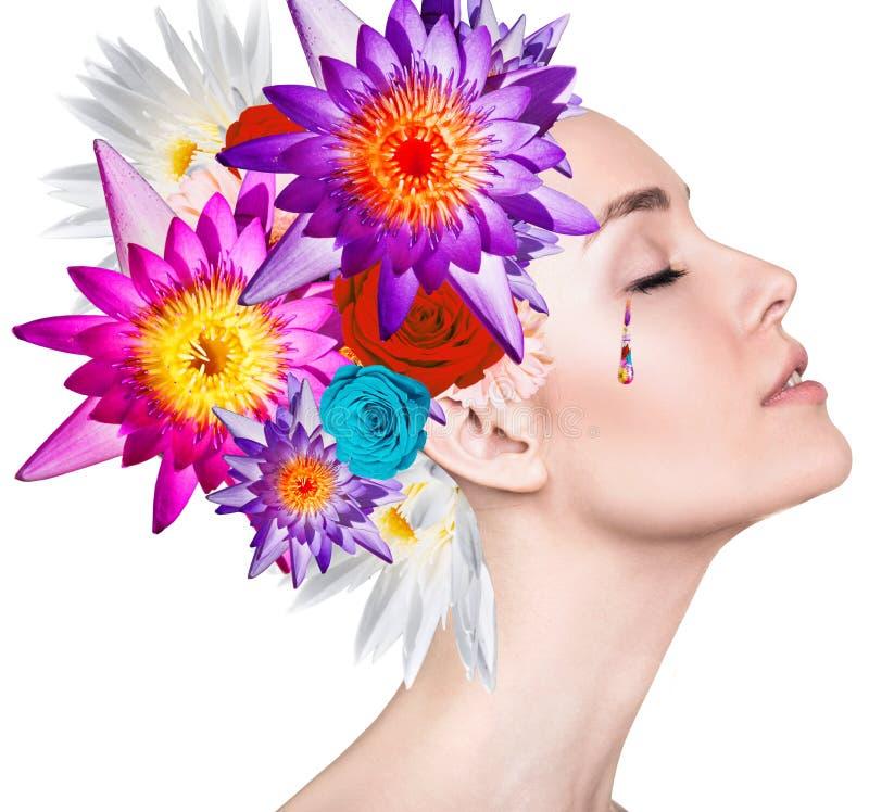 Retrato de la belleza de la mujer joven con las flores coloridas imagen de archivo