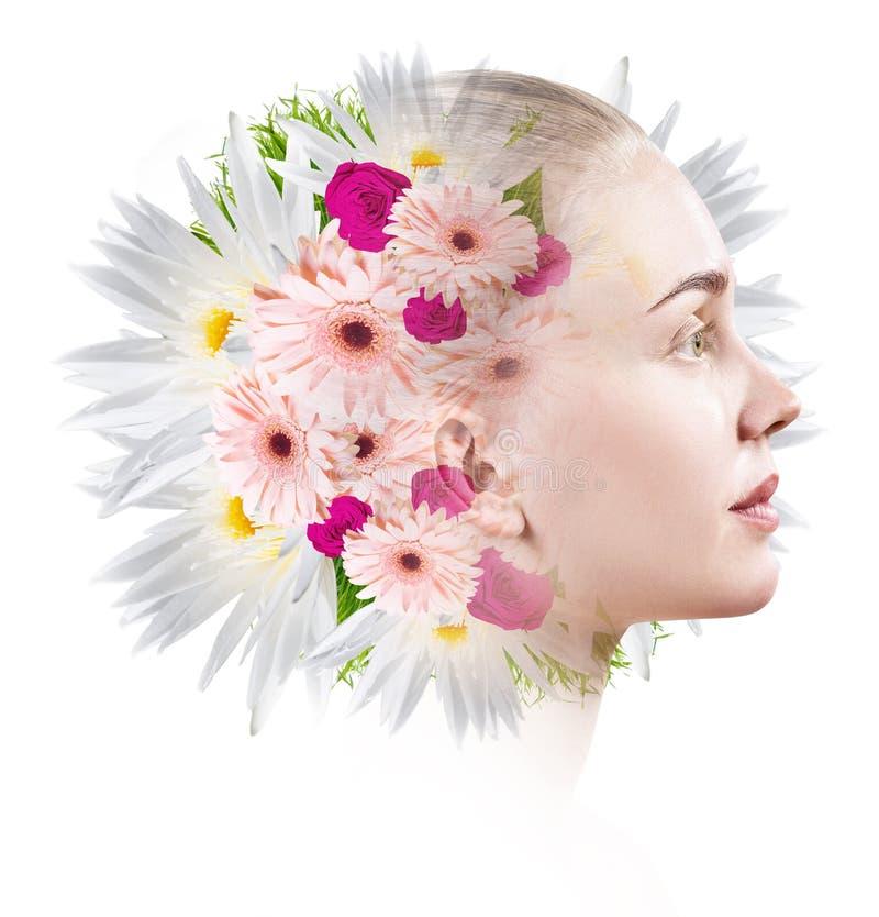 Retrato de la belleza de la mujer joven con las flores coloridas fotos de archivo libres de regalías