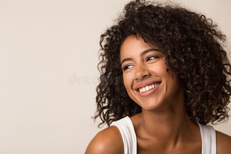 Retrato de la belleza de la mujer negra en fondo ligero fotografía de archivo