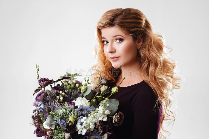 Retrato de la belleza Mujer rubia hermosa con las flores foto de archivo