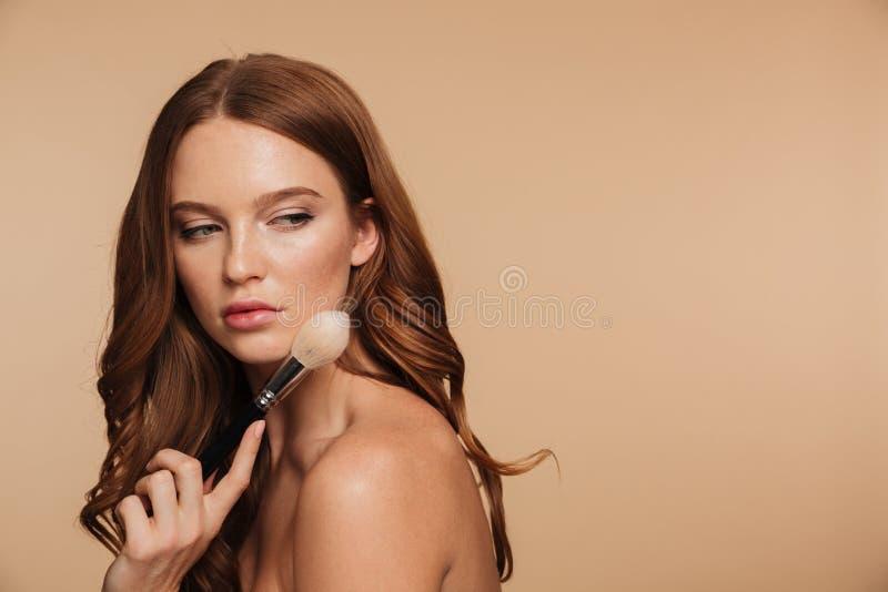 Retrato de la belleza de la mujer tranquila del jengibre con la presentación larga del pelo fotografía de archivo