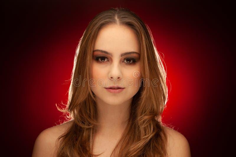Retrato de la belleza de Studiu de una mujer morena joven foto de archivo libre de regalías