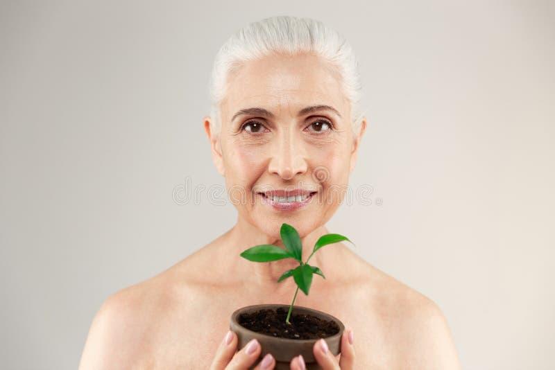 Retrato de la belleza de una media mujer mayor desnuda alegre fotografía de archivo libre de regalías