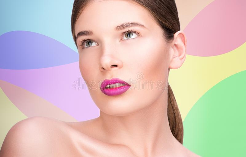 Retrato de la belleza de una mujer joven hermosa Labios brillantes y maquillaje profesional foto de archivo libre de regalías