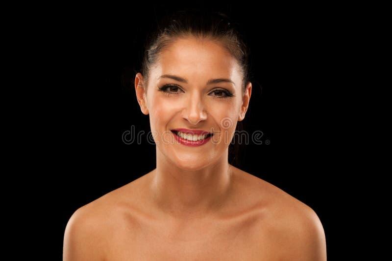 Retrato de la belleza de una mujer joven sobre fondo negro imágenes de archivo libres de regalías