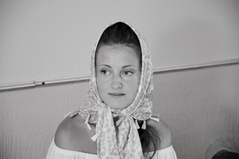 Retrato de la bufanda que lleva de la mujer hermosa en la cabeza Moda y belleza Religión cristiana estilo y mirada retros de la m imagenes de archivo