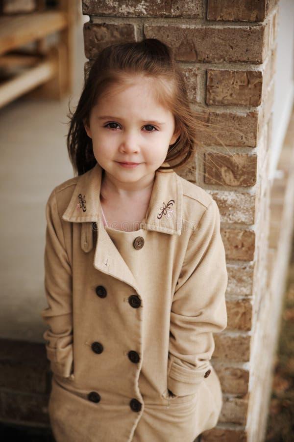 Retrato de la caída de la muchacha preescolar linda fotos de archivo libres de regalías