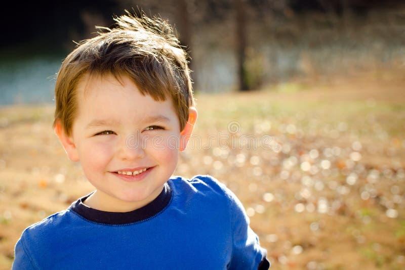 Retrato de la caída o del otoño del muchacho feliz fotografía de archivo