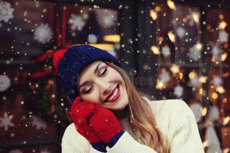 Retrato de la calle de la mujer joven hermosa sonriente con los ojos cerrados Señora que lleva de lana hecha punto invierno clási fotos de archivo libres de regalías