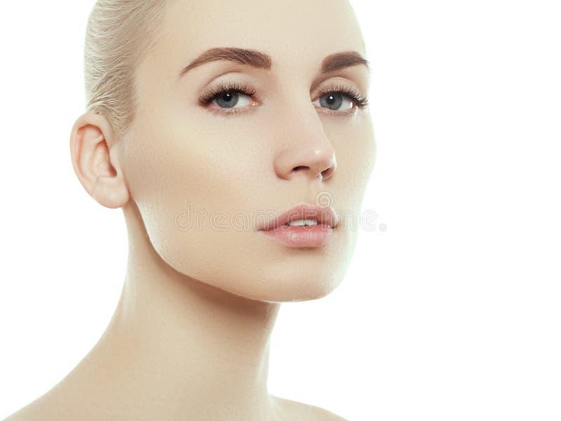 Retrato de la cara de la belleza de la mujer aislado en blanco con la piel sana imagenes de archivo