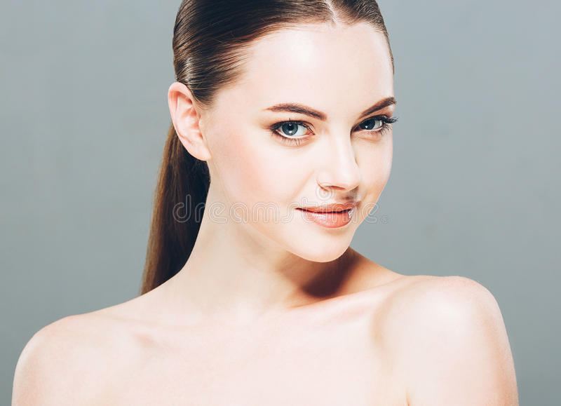 Retrato de la cara de la mujer de la belleza Muchacha hermosa del modelo del balneario con la piel limpia fresca perfecta Fondo g foto de archivo libre de regalías