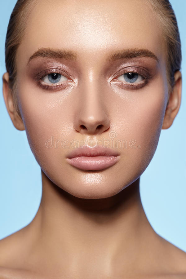 Retrato de la cara llena de la muchacha atractiva con la piel limpia imagen de archivo libre de regalías