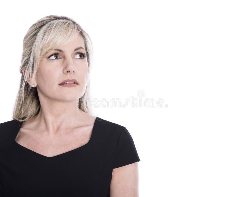 Retrato de la cara madura aislada de la mujer que parece triste y de la pluma foto de archivo libre de regalías