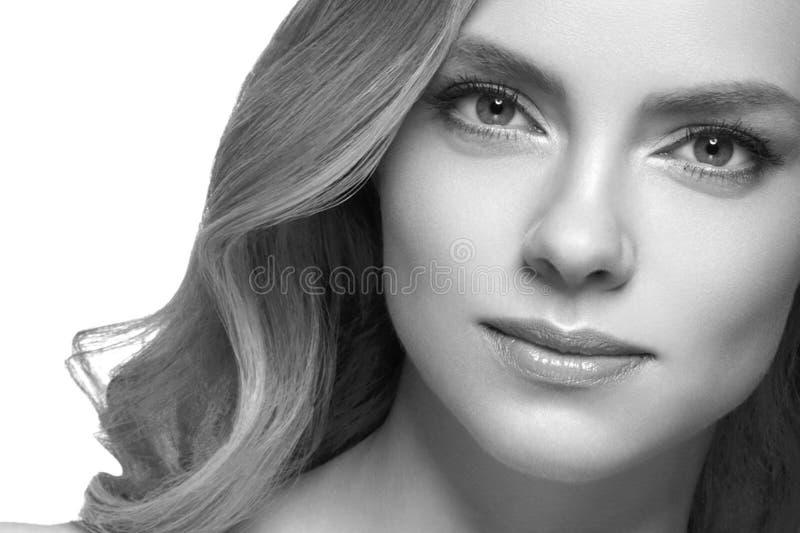 Retrato de la cara de la mujer de la belleza Muchacha hermosa del modelo del balneario con la piel limpia fresca perfecta fotografía de archivo libre de regalías