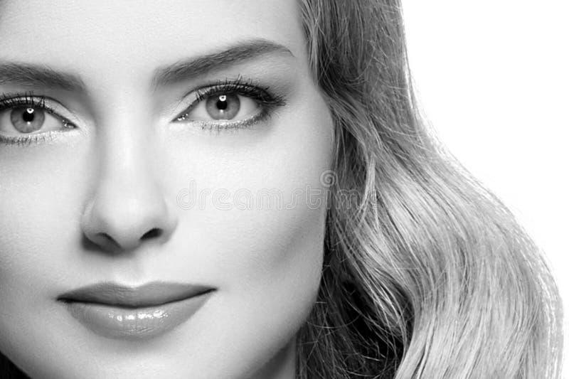 Retrato de la cara de la mujer de la belleza Muchacha hermosa del modelo del balneario con la piel limpia fresca perfecta fotos de archivo