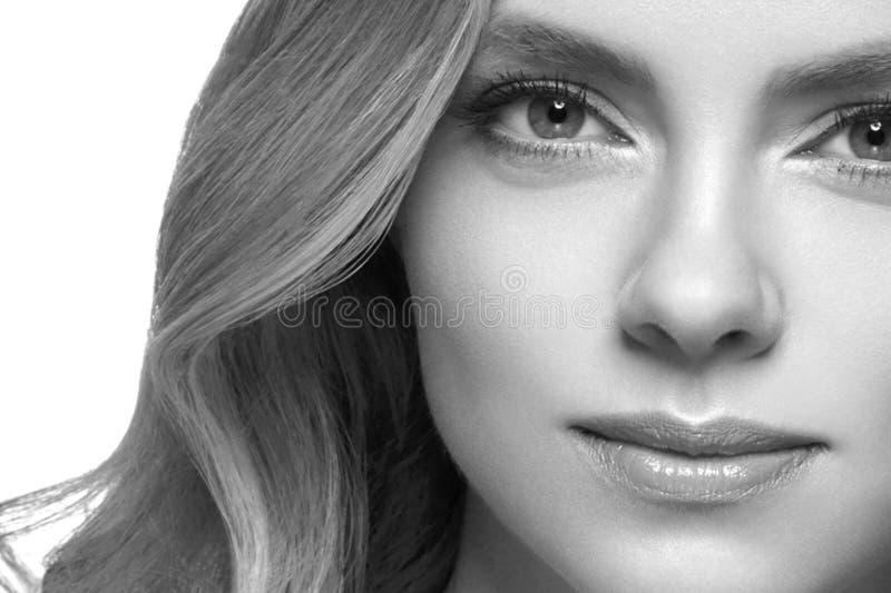 Retrato de la cara de la mujer de la belleza Muchacha hermosa del modelo del balneario con la piel limpia fresca perfecta imagen de archivo libre de regalías