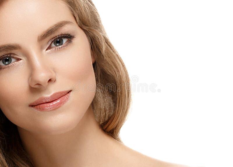 Retrato de la cara de la mujer de la belleza Muchacha hermosa del modelo del balneario con la piel limpia fresca perfecta foto de archivo