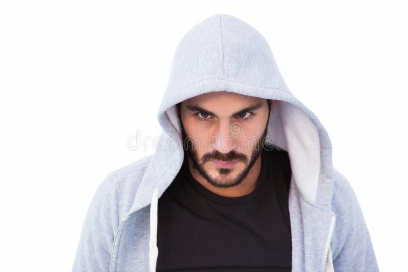 Retrato de la chaqueta con capucha que lleva del hombre peligroso fotografía de archivo