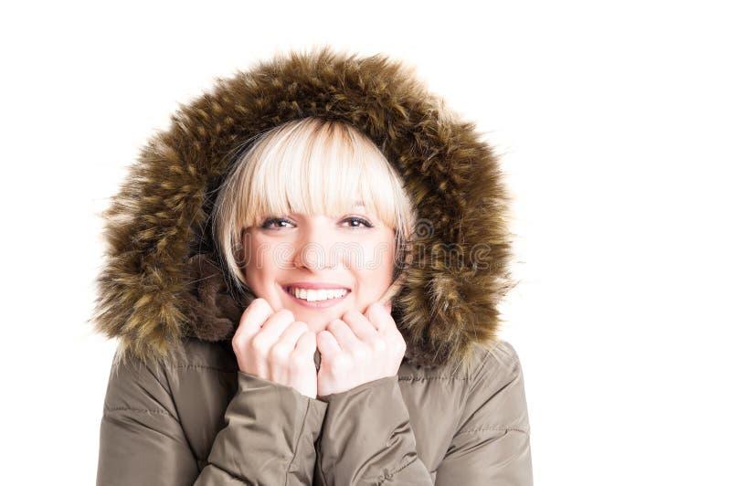 Retrato de la chaqueta del invierno de la mujer que lleva con la capilla que es fría imagen de archivo libre de regalías