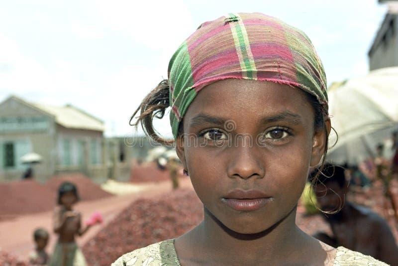 Retrato de la chica joven con el pañuelo colorido imagenes de archivo