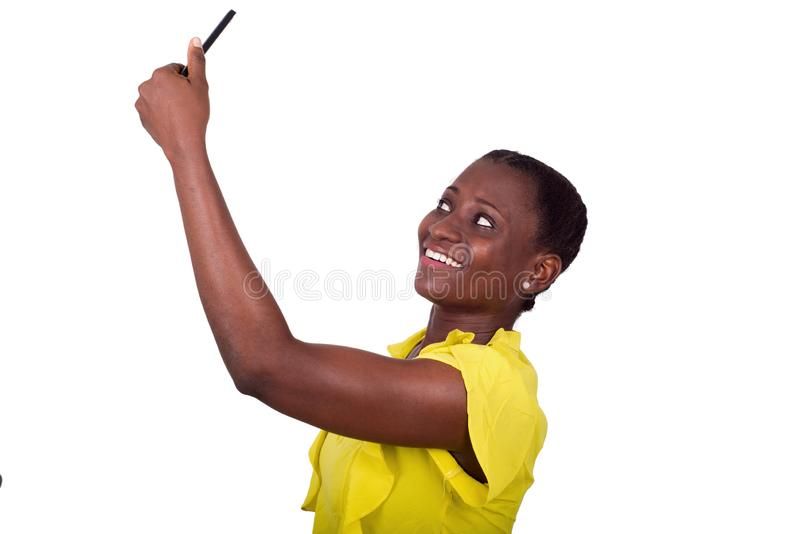 Retrato de la chica joven con el teléfono móvil, sonriendo imágenes de archivo libres de regalías