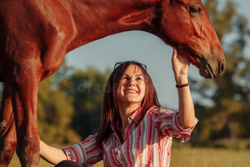 Retrato de la chica joven con un potro en la granja fotos de archivo