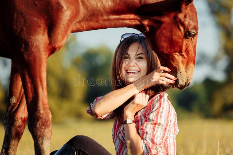 Retrato de la chica joven con un potro en la granja fotos de archivo libres de regalías