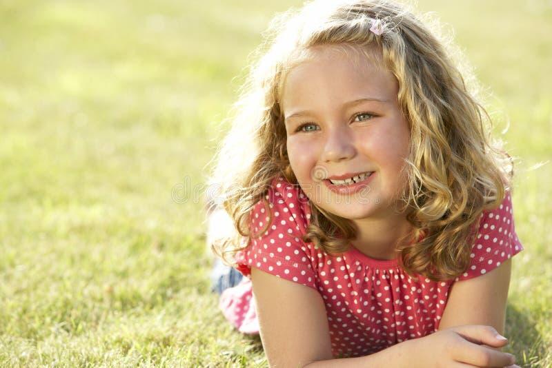 Retrato de la chica joven en campo foto de archivo