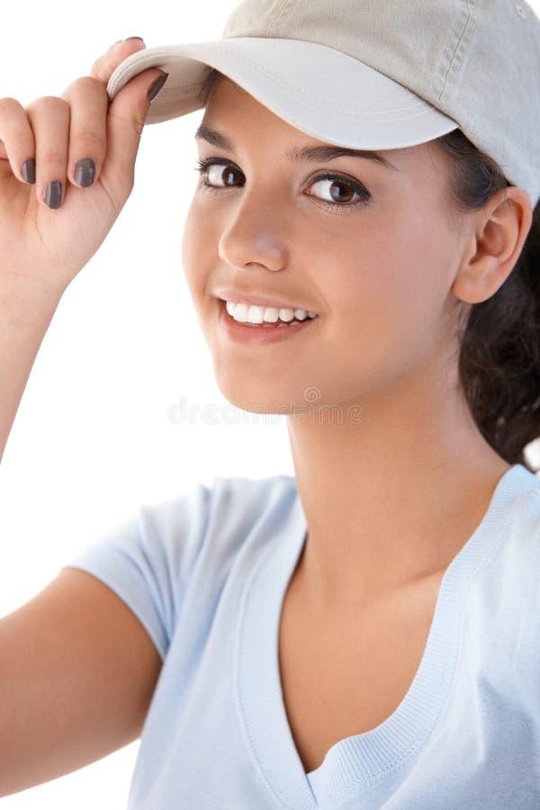 Retrato de la chica joven en la sonrisa de la gorra de béisbol foto de archivo libre de regalías