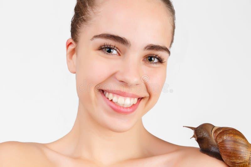 Retrato de la chica joven feliz, que tiene una serpiente grande en hombro Aislado en blanco imagenes de archivo