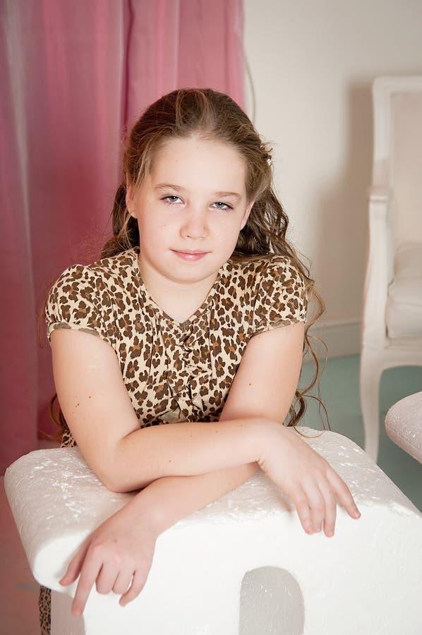 Retrato de la chica joven, fondo rosado imágenes de archivo libres de regalías